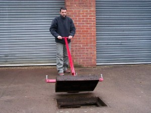 Mustang Pivot Lift Manhole Cover Lifter